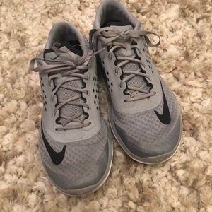 Nike women's tennis shoes 9